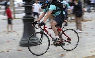 Un livreur à vélo à Paris (Illustration).