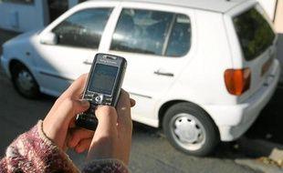 Le passager indique son trajet via une application ou envoie un SMS pour trouver une voiture.