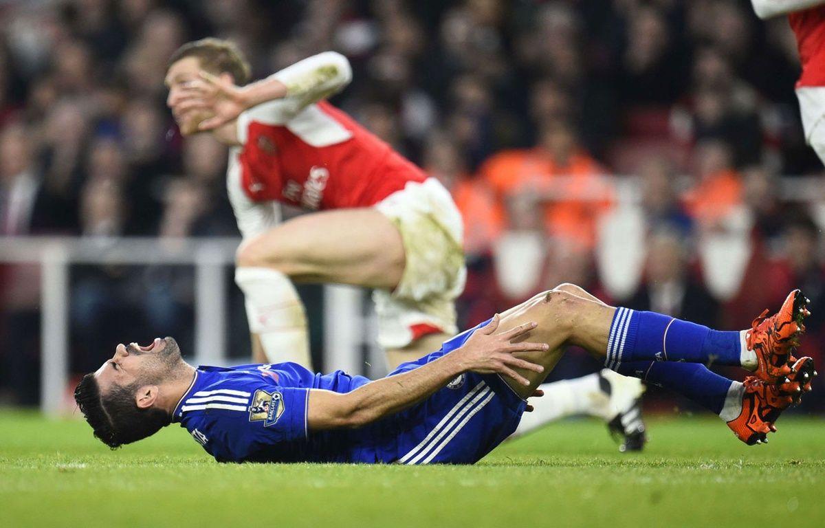 Diego Costa reste au sol après un tacle de Per Mertesacker le 24 janvier 2016. – BPI/Shutterstock/SIPA