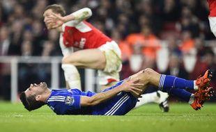 Diego Costa reste au sol après un tacle de Per Mertesacker le 24 janvier 2016.