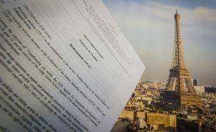 Le brouillon de l'accord sur le climat devant la Tour Eiffel à Paris le 10 décembre 2015