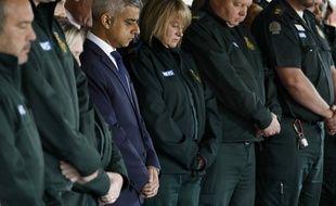 Sadiq Khan, le maire de Londres, aux côtés des ambulanciers pour la minute de silence, le 6 juin 2017, en hommage aux sept morts de l'attentat qui a frappé Londres le 3 juin 2017.