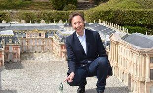 Stéphane Bern dans la reconstitution du Château de Versailles au parc France Miniature