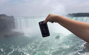 #ExtremePhonePinching, la nouvelle mode lancée sur Twitter, consiste à suspendre son téléphone dans le vide.