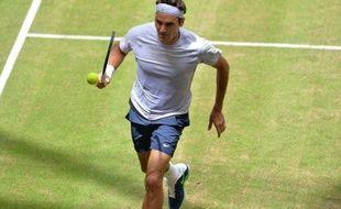 Le Suisse Roger Federer, N.3 mondial, a surmonté la perte du premier set pour battre le Russe Mikhail Youzhny (N.29), 6-7 (5/7), 6-3, 6-4, en finale du tournoi sur gazon de Halle et brandir son premier trophée de la saison.