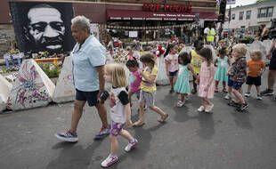 Un portrait de George Floyd devant l'épicerie où il a été tué le 25 mai 2020.