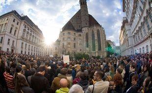 Vienne (Autriche), le 20 avril 2015. Des autrichiens participent à un rassemblement en hommage aux migrants morts lors de la traversée de la Méditerranée.