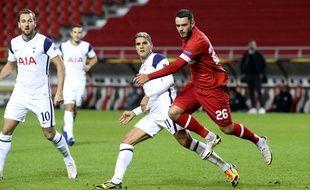 Le défenseur d'Anvers Jérémy Gélin ici à la lutte avec Erik Lamela et Harry Kane, va retrouver Tottenham en Ligue Europa.