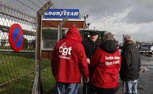 Devant l'usine Goodyear à Amiens.
