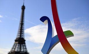 Le logo de Paris 2024 devant la tour Eiffel.