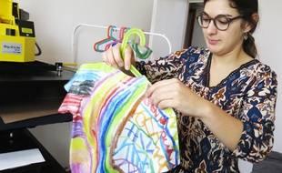 Alice Pouillot, co-gérante d'Imagine Ton Look, prépare un tee-shirt d'enfant, à Lille.