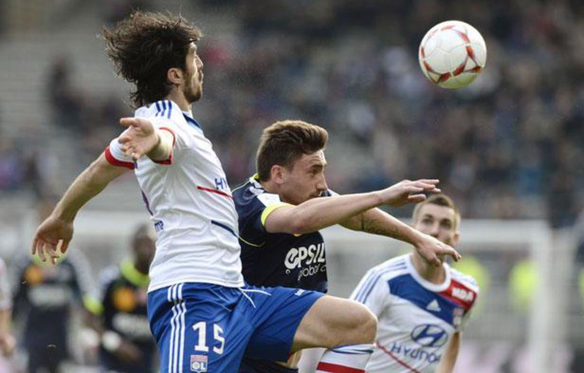 Le Lyonnais Milan Bisevac face au Rémois Toudic, le 18 novembre 2012, à Gerland.  – JEFF PACHOUD / AFP