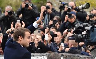 Emmanuel Macron au Touquet face aux photographes, le jour du second tour de la présidentielle, le 7 mai 2017.