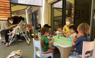 Dix enfants sont accueillis chaque jour depuis le 13 mai à la crèche Joliot Curie (Lyon 5e), contre 47 avant la pandémie de coronavirus.