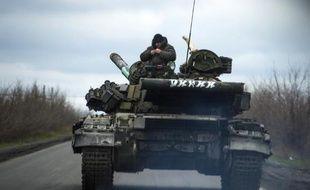Des soldats pro-russes circulent dans leur tank près du village de Kirovske le 21 avril 2015, dans la république auto-proclamée de Donetsk