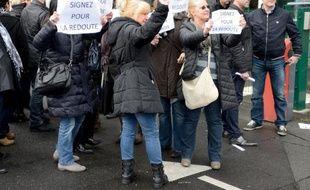 Des salariés de La Redoute manifestent pour la signature du protocole d'accord sur le plan social à Roubaix, dans le Nord, le 21 mars 2014