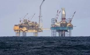 Total lancera dans les prochains jours une intervention visant à arrêter la fuite de gaz qui s'est déclenchée fin mars sur la plateforme Elgin en mer du Nord, a déclaré jeudi le PDG du groupe pétrolier français, Christophe de Margerie.