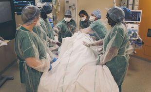 Des soignants retournent un malade du Covid-19 à l'hôpital Delafontaine, à Saint-Denis (93).