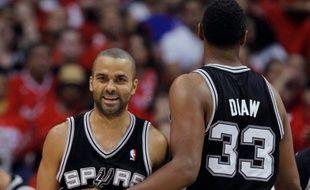Tony Parker et Boris Diaw, lors de la victoire de San Antonio contre les Los Angeles Clippers 96 à 86, le 20 mai 2012.