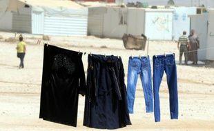 Des vêtements sèchent dans un camp de réfugiés syriens près d'Amman le 19 septembre 2015