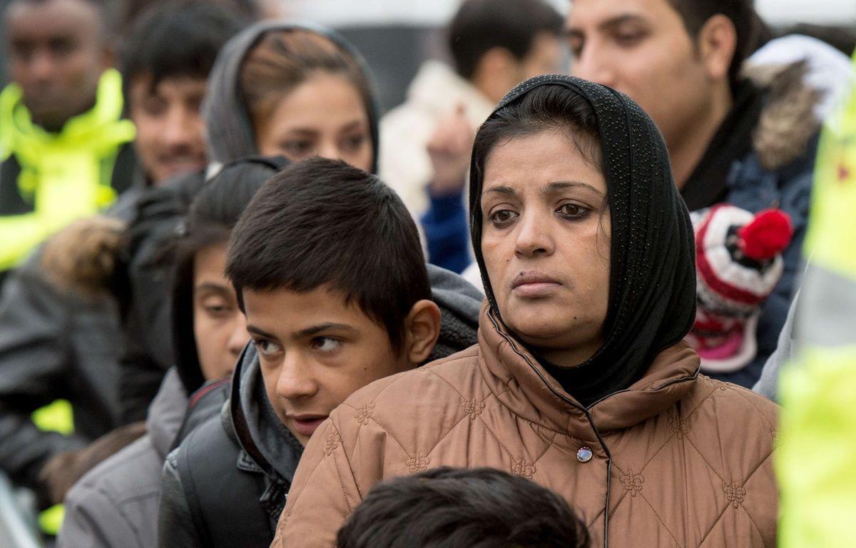 Des migrants attendent d'être enregistrés à Giessen, en Allemagne, le 2 décembre 2015. – Boris Roessler/AP/SIPA