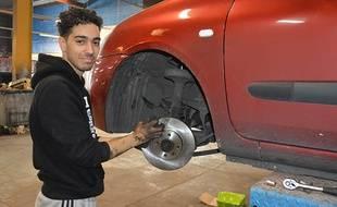 Comme de plus en plus de Français, Sami a opté pour le self-garage pour faire ses réparations.