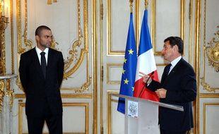 Nicolas Sarkozy décore Tony Parker en 2007 à l'Elysée.