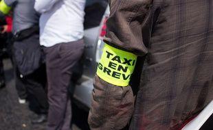 Un brassard «taxi en grève», lors d'une manifestation contre UberPOP à Paris, le 16 juin 2015.