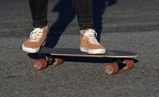 Illustration d'une personne roulant sur un skateboard.
