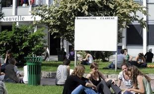 Des étudiants discutent sur le campus de l'université Paris III (Censier-Sorbonne Nouvelle), le 25 mai 2009 à Paris.