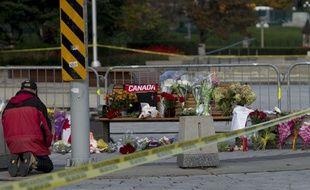 Un homme rend hommage au Caporal Cirillo, mort dans la fusillade à Ottawa. Le 23 octobre 2014.