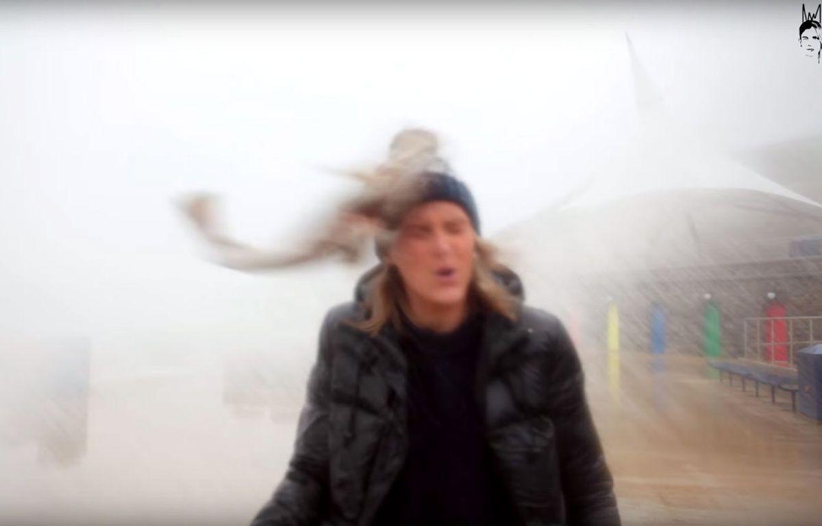 Durant une tempête, la jeune femme a reçu un poisson en plein visage. – Craig & Aimee / YouTube