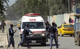 Un attentat suicide a tué samedi trois proches d'un officier du renseignement visé au nord de Bagdad, tandis que les violences ont fait trois autres morts dans le reste de l'Irak, ont annoncé des sources policière et médicale.