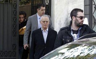 En Grèce, il n'est pas rare que les morts touchent des pensions de retraite, les aveugles conduisent eux mêmes leurs voitures, et que d'anciens ministres vivent comme des pachas. La fraude et la corruption, maux endémique du pays, sont au coeur de la campagne législative.