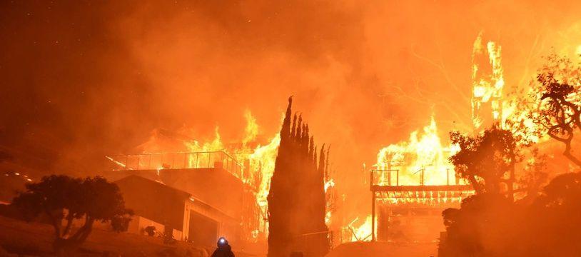 Un incendie dans la comté de Ventura, en Californie, a détruit plus de 150 maisons le 5 décembre 2017.