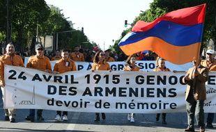 Marche aux couleurs de l'Arménie lors de la commémorations du 101e anniversaire du génocide arménien, le 24 avril 2016 à Marseille