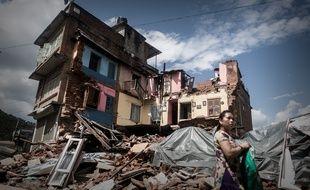 Un survivant passe près d'immeubles qui se sont effondrés après le séisme du 25 avril à Chautara, à 80 km de Katmandou, le 30 avril 2015.