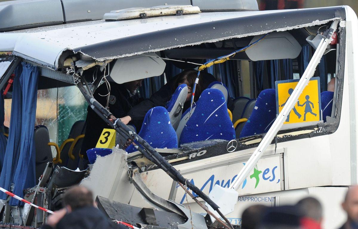 La ridelle qui s'est détachée du camion a scié une partie du car scolaire. / AFP / XAVIER LEOTY – AFP