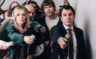 Laurence Arné, Stanley Weber et Michaëll Youn campent des journalistes dans la minisérie « Une affaire française ».