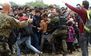 La police macédonienne tente de contenir le 18 octobre 2015 une foule de migrants au poste-frontière de Gevgelija, entre la Macédoine et la Grèce