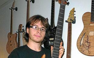 Tom est lui-même guitariste.