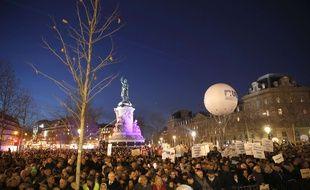 Des milliers de personnes se sont rassemblées Place de la République à Paris mardi 19 février pour s'opposer à l'antisémitisme.