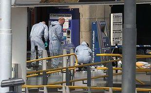 Des scientifiques sur les lieux du drame pour tenter d'apporter de nouveaux éléments d'enquête sur l'attentat survenu à Manchester