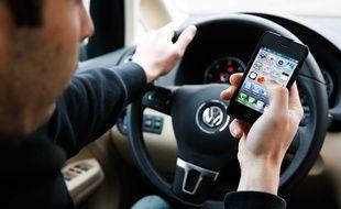 Un homme avec un téléphone au volant de sa voiture. Illustration.