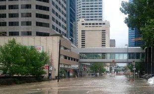 Après une baisse progressive du niveau de l'eau à Calgary, au lendemain d'inondations qui ont fait trois morts dans la région, c'est au tour de Medicine Hat, sixième ville de l'Alberta, de redouter l'arrivée des flots, attendus dès lundi matin