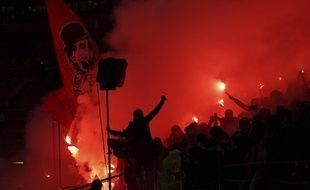 De nombreux fumigènes ont été craqués dans le virage sud, samedi dernier, à l'occasion de l'anniversaire du groupe Lyon 1950.