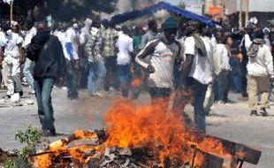 Un jeune homme est mort dimanche soir à Rufisque, dans la banlieue de Dakar, après avoir été blessé à la tête par une pierre lors d'affrontements avec des policiers, a déclaré lundi son tuteur, un imam de la confrérie musulmane tidiane.
