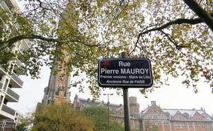 La première plaque de rue au nom de Pierre Mauroy, inaugurée le 1er décembre 2017, devant l'hôtel de ville.