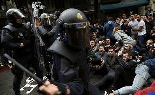 Les forces de l'ordre ont chargé des Catalans massés dimanche matin devant les bureaux de vote pour participer au référendum d'autodétermination.