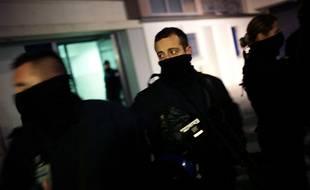 Illustration d'un policier montant la garde pendant une perquisition dans un appartement.